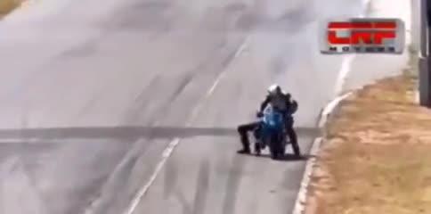 Se subió a su moto y terminaron a las piñas