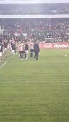 Sabella se queja de un penal en la inauguración del estadio.