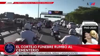 La gente invadió la autopista para ver el cortejo fúnebre de Maradona