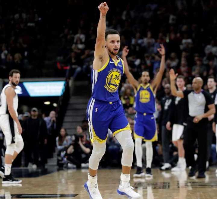 Curry y su triplazo a San Antonio desde 18 metros