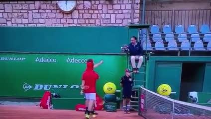 Tsitsipás furioso con el umpire