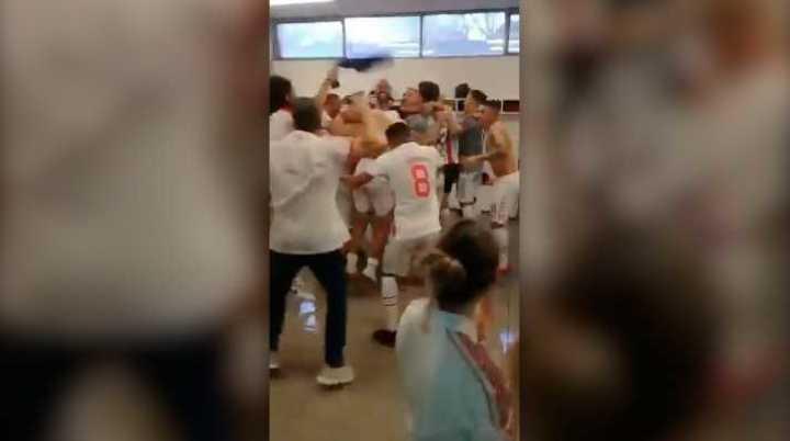 El festejo de Argentinos en el vestuario