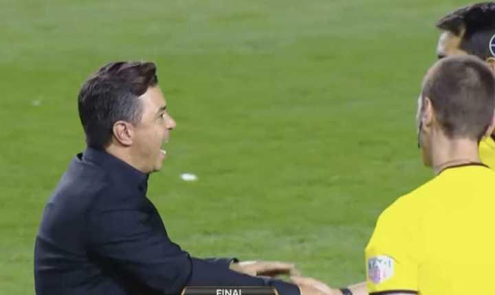 Gallardo increpó al árbitro en el final del partido