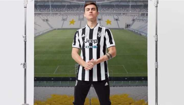 Dybala presentó la nueva camiseta de Juventus para la 2021-22