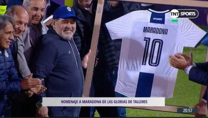 Camiseta y bandera para homenajear a Maradona