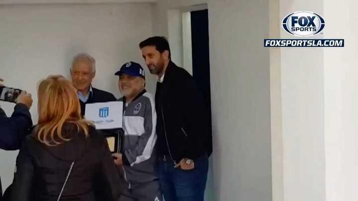 La plaqueta que recibió Maradona de parte de Blanco y Milito