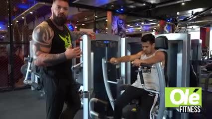 Una rutina explosiva de pectorales y ejercicios aeróbico