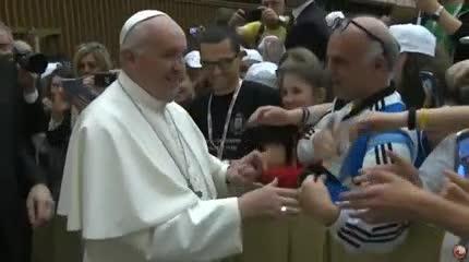 El saludo del Papa a un fiel con la camiseta de la Selección