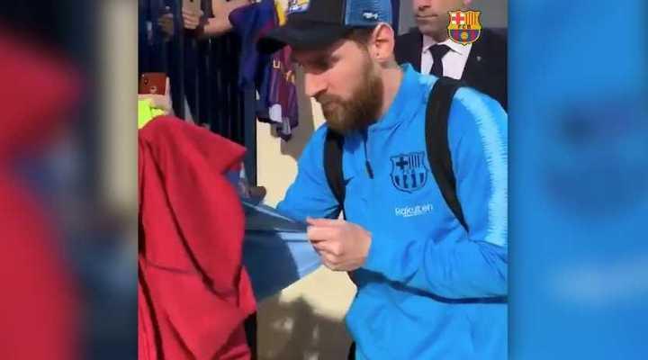 Messi paró a firmar autógrafos