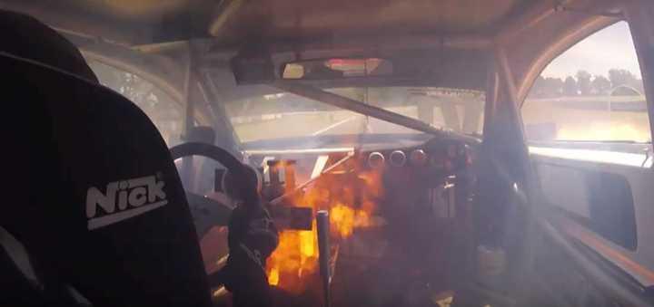 El fuego en el auto de Brezzo desde adentro