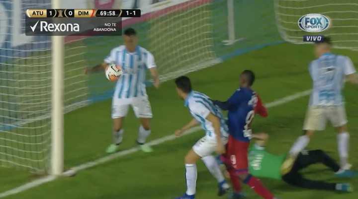 Monzón salvó en la línea a Atlético