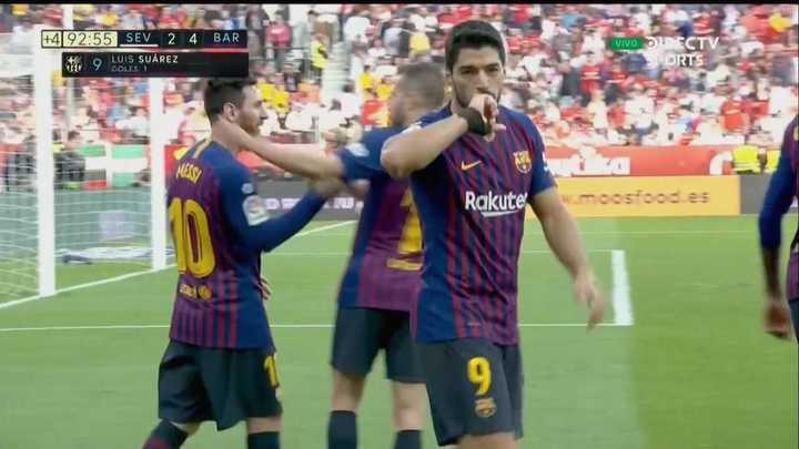 Tremenda asistencia de Messi para qeu Suárez marque el cuarto