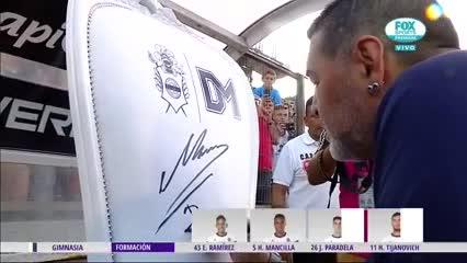 Maradona firmó el sillón que le preparó Gimnasia