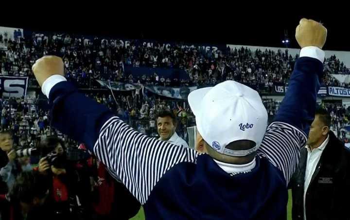 """El canto de Diego con la gente: """"El que no salta es un inglés"""""""