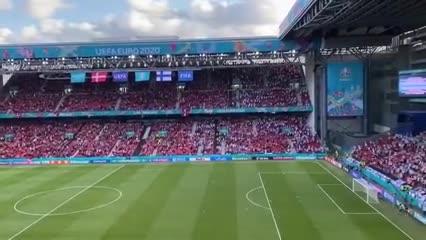 Hinchas daneses y finlandeses apoyando a Eriksen.