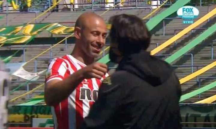 El abrazo entre Mascherano y Hoyos
