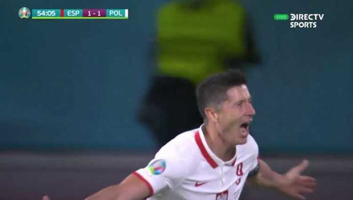 De cabeza, Lewandoski le dio el empate a Polonia