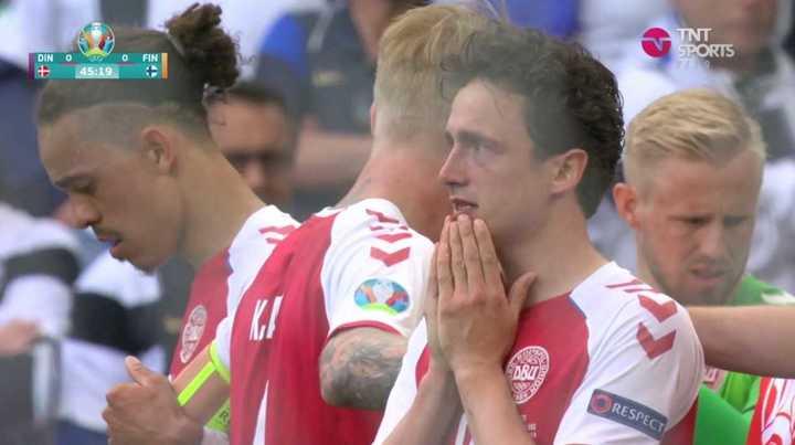 Los gestos de los jugadores y del público tras la convulsiones de Eriksen