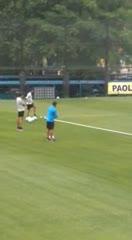Alfaro se acerca a charlar con Tevez durante la práctica.