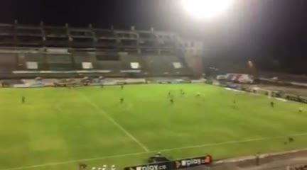 Huila se come cuatro con Atlético Nacional y sus hinchas copan la cancha para agredirlos