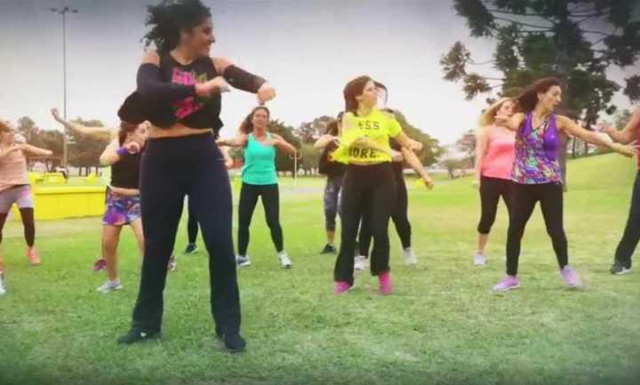 Una coreo con pasos de reggaeton con la que no te vas a quedar quieto