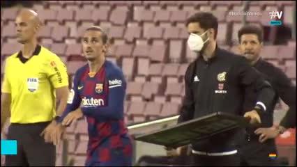 Simeone se muerde los labios en el ingreso de Griezmann
