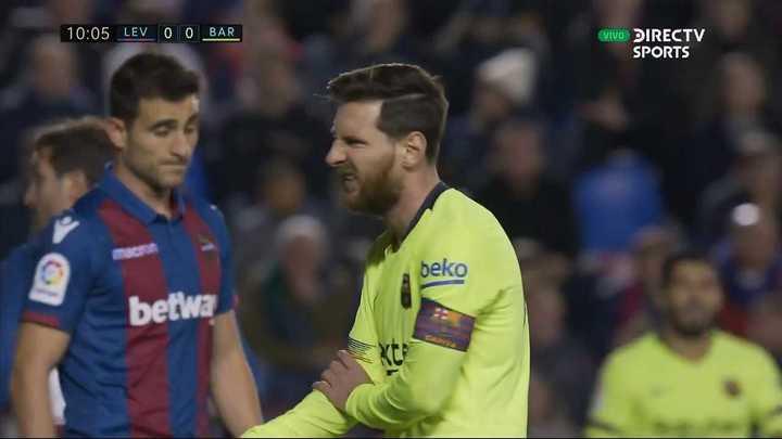 Messi se agarró el codo varias veces en el partido