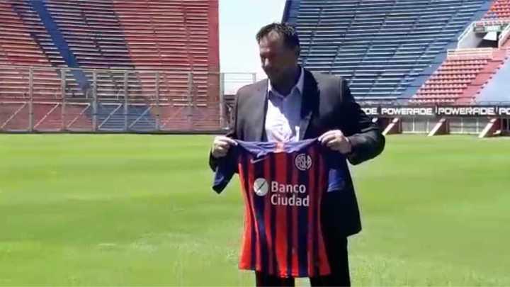 Diego Dabove posó con la camiseta de San Lorenzo