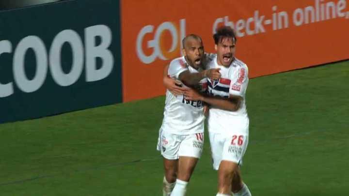 Dani Alves marcó para la victoria del Sao Paulo