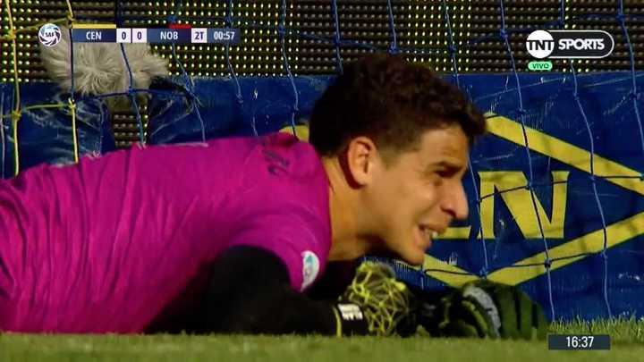 Voló Aguerre para impedir el gol de Zabala