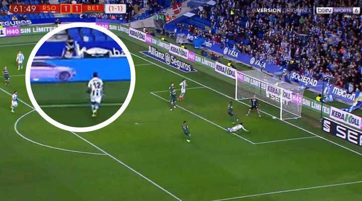 ¡El ball boy ayudó en el gol!