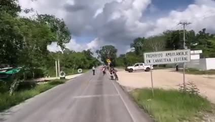Jonas Deichmann corriendo hacia Cancún donde terminará su recorrido por México.