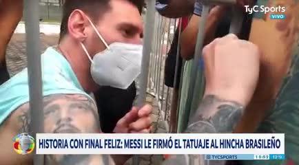 Messi le firmó la espalda del hincha brasileño que se tatuó su festejo