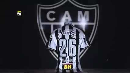 Mineiro y la camiseta 26 para Nacho Fernández