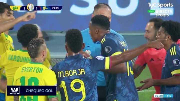 Los jugadores de Colombia le protestaron la decisión a Pitana