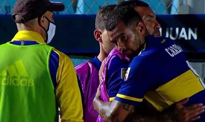 El abrazo Tevez-Cardona