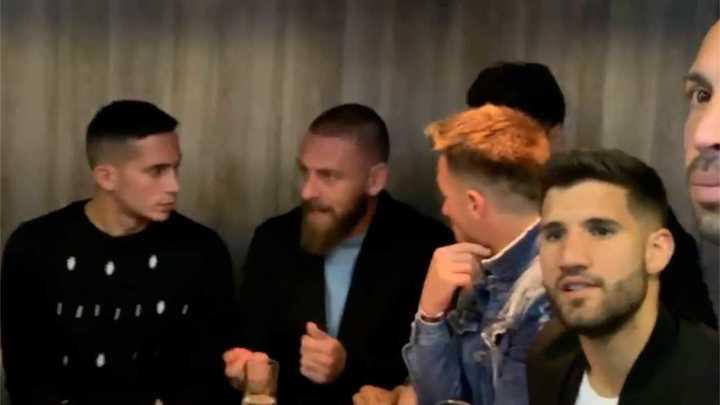 De Rossi y los jugadores de Boca, en la presentación de la serie de Tevez