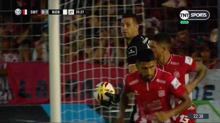 Newell's tuvo dos chances pero entre Carranza y el palo lo evitaron