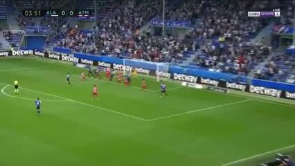 De cabeza a los 4', Laguardia puso el 1-0 para el Alavés sobre Atlético de Madrid