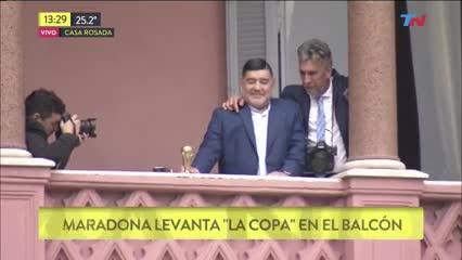 Maradona a salió a saludar al balcón de Casa Rosada