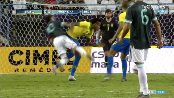 Dura patada de Fabinho contra Messi