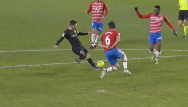 Messi, al ángulo, para el segundo gol del Barsa