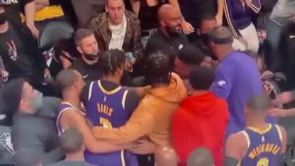 Discusión entre dos jugadores de Lakers