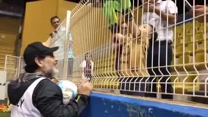 Tadeo, el nene hincha de Dorados, junto a Maradona