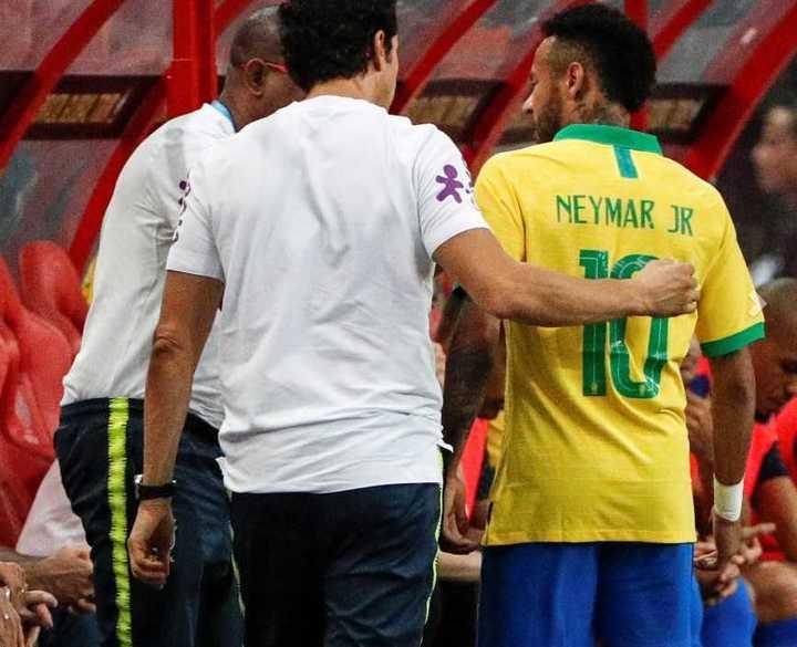 Neymar se tomó el posterior izquierdo y salió temprano