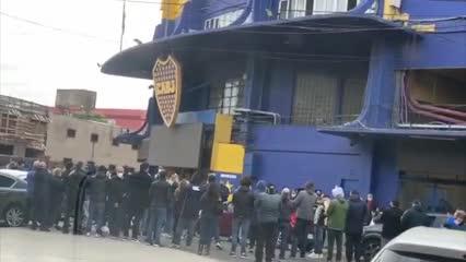 Una multitud rompió la cuarentena para despedir a un histórico dirigente de Boca en la Bombonera