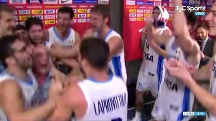 Los jugadores argentinos festejaron junto al periodista José Montesano