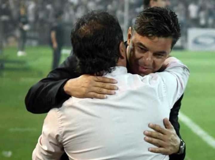 El abrazo entre Gallardo y Coleoni
