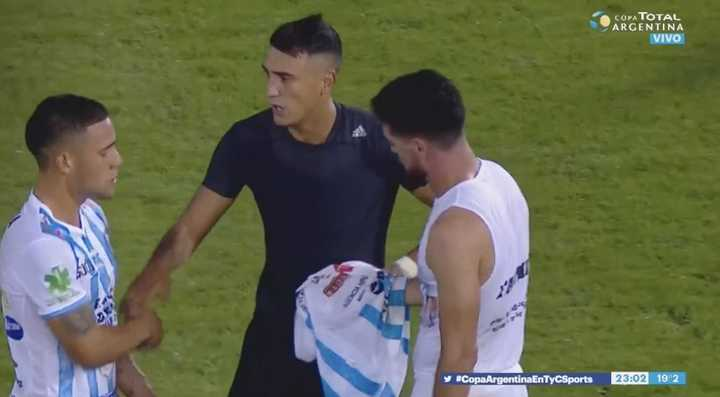 Intercambio de camisetas al final del partido