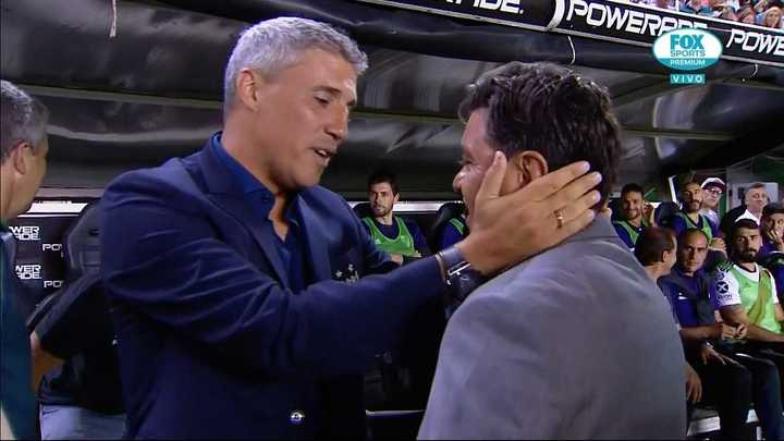 Afectuoso saludo Crespo con Gallardo